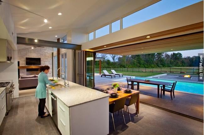 或是廚房牆可以往上卷就可以看到游泳池了。