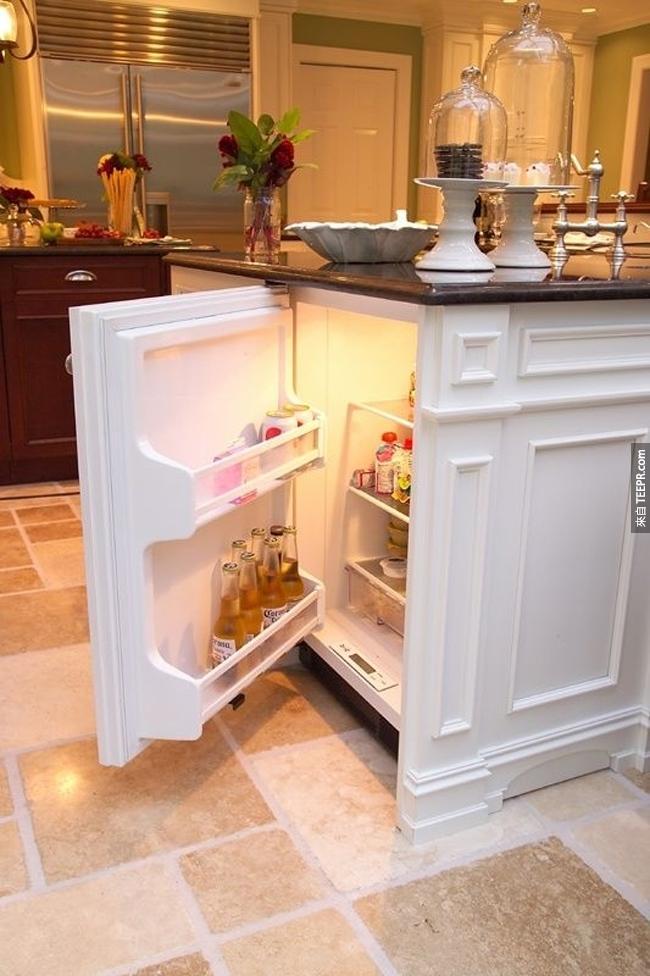 隱藏在廚房桌下面的小冰箱。