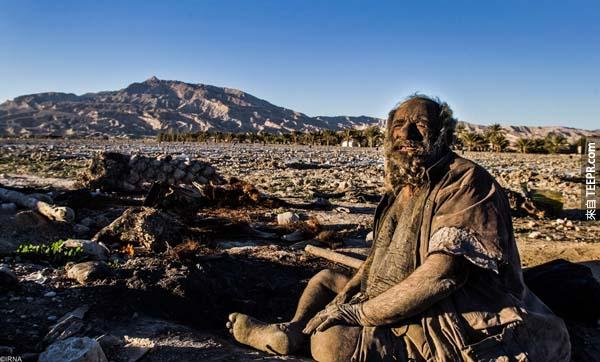 這名80歲的老翁已經有60年沒有洗澡了。天啊,原來長得這樣子...