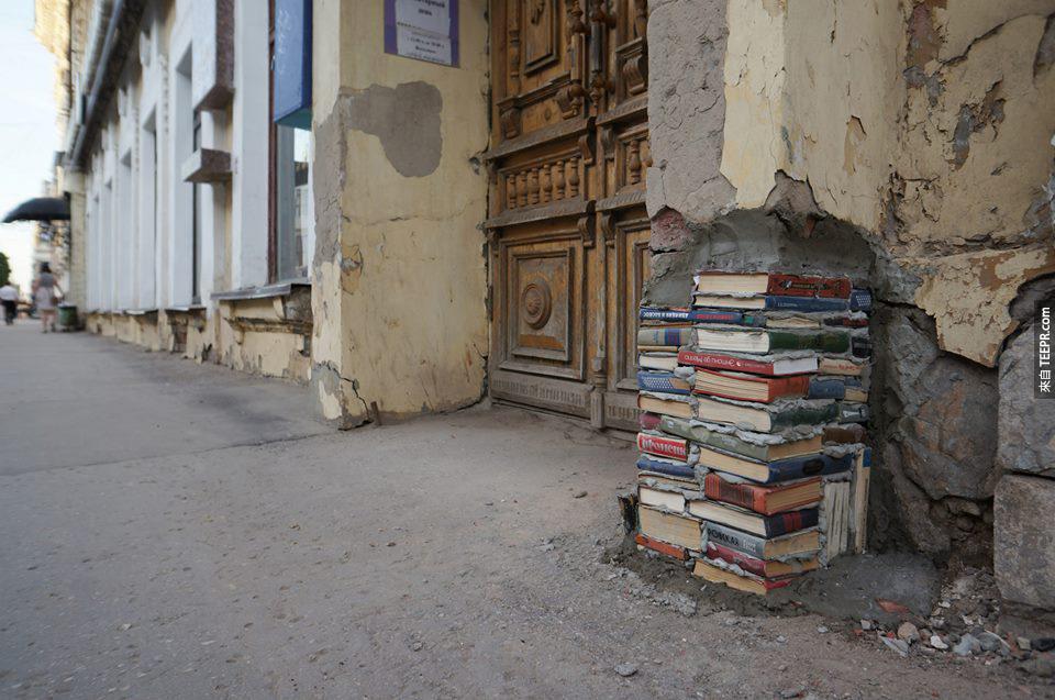 3. 這個舊到剝落圖書館牆用舊書來補。