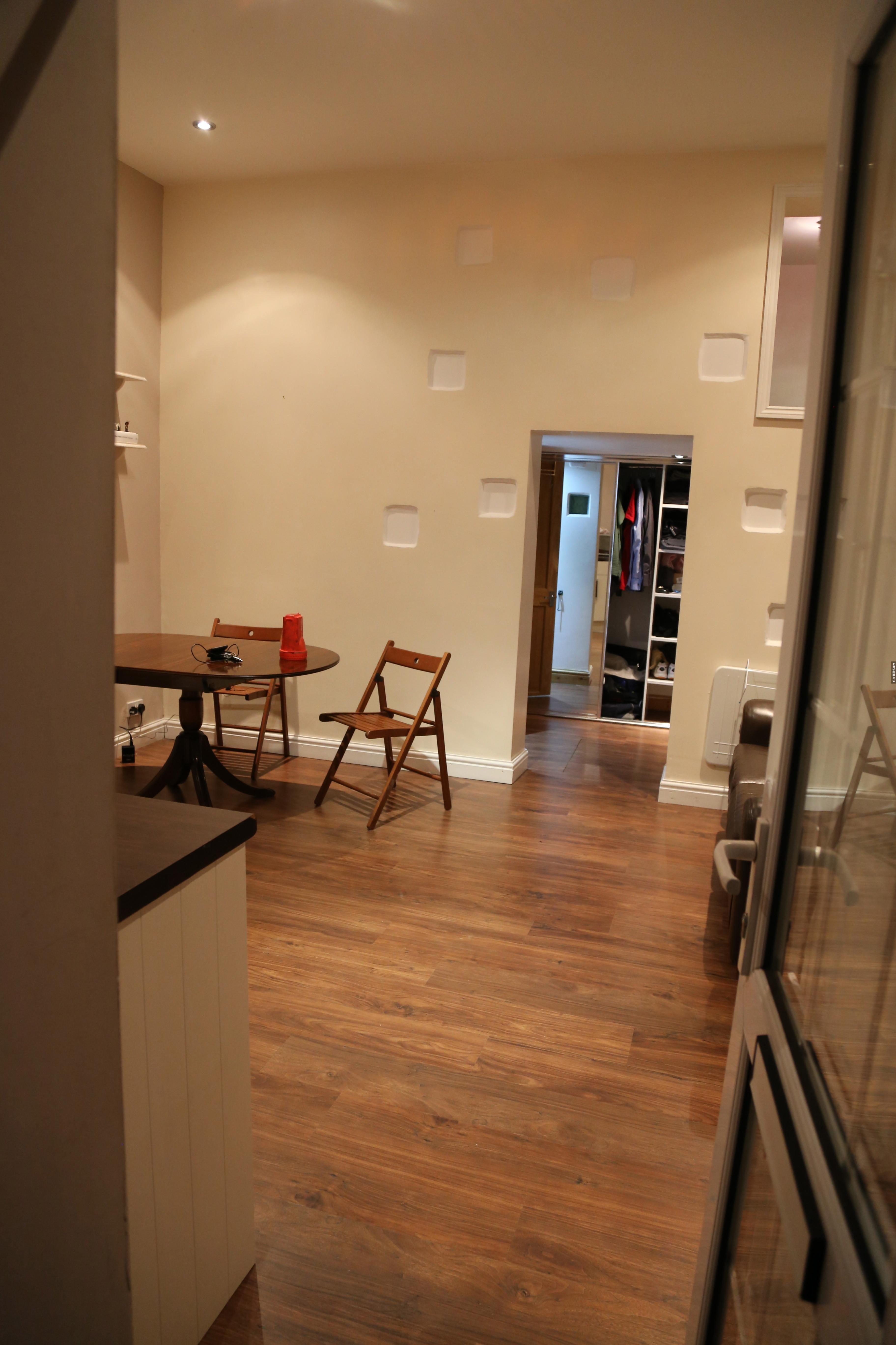 這個公寓裡面裝潢的都很現代,看起來沒有什麼異樣。