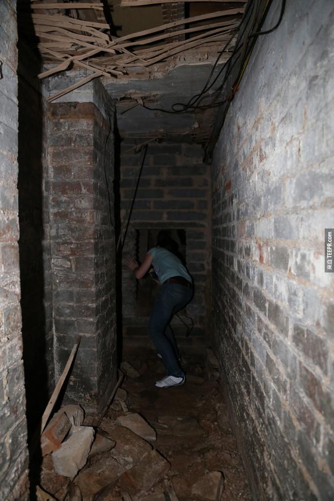 """朋友自告奮勇去前方看一下走廊有多長。""""看起來很長耶..."""""""
