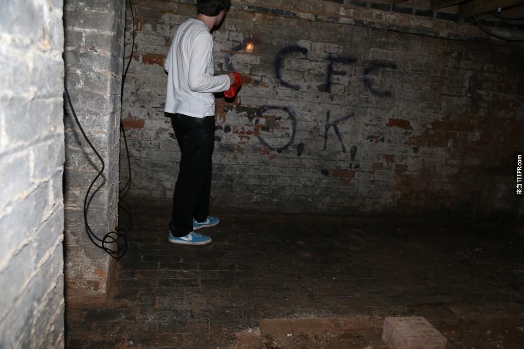 有人在牆上塗鴉耶...看來這世紀有人之前也來過!