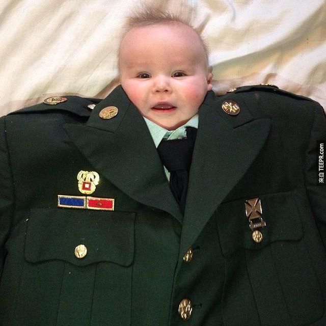 12張小嬰兒穿著超大的西裝的照片。可愛到爆!