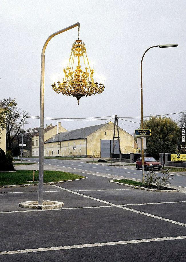 19. 路上如果看到一個這樣的水晶燈你會覺得很浪漫嗎?還是莫名其妙?