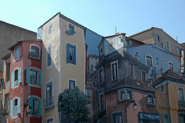 23. 又是像《全面啟動》的電影一樣,公寓上畫上公寓的圖畫。所以這是公寓還是看起來像是公寓的公寓?