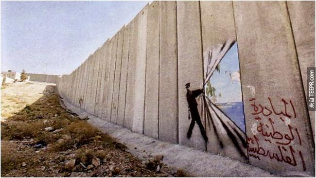 24. 城市的外牆雖然防止居民直接到外面,但是這不會阻止藝術家的創意。這樣是不是看起來牆外面就是藍藍的海?金黃色的海灘?