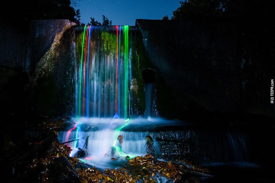 幾個無聊的男生把螢光棒丟到瀑布裡。結果一定會讓你很驚艷!超不可思議的!