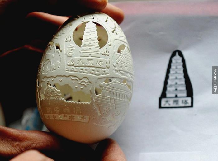 然後會用一個鑽石頭的雕刻器慢慢的把蛋上的圖形雕刻出來。