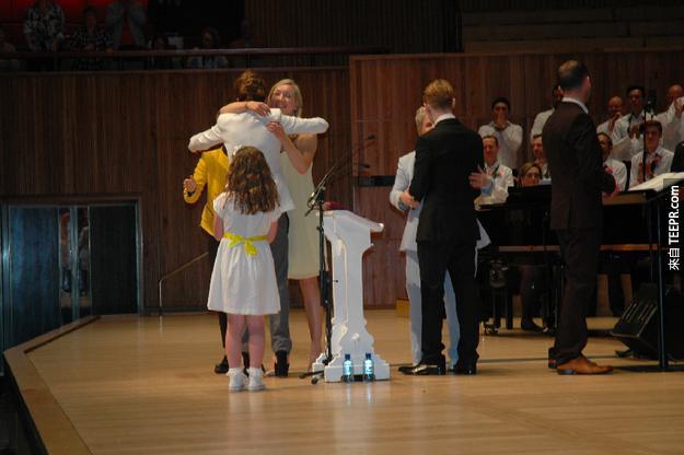 37. 當典禮結束後,整個禮堂裡面沒有一個人不是哭紅了眼睛。