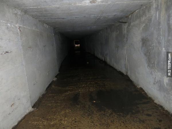 警察在這名墨西哥毒梟的澡盆底下找到的東西太讓我吃驚了!誰都想不到有這樣的機關!
