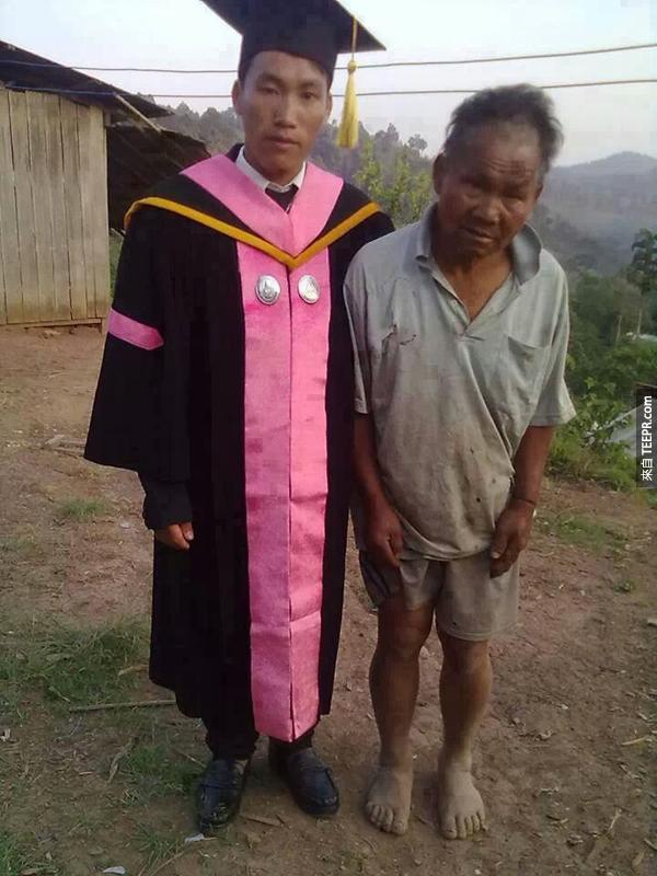 針對網路論壇裡的留言,這張裡面左邊的剛畢業的兒子,而右邊就是他的農夫爸爸。