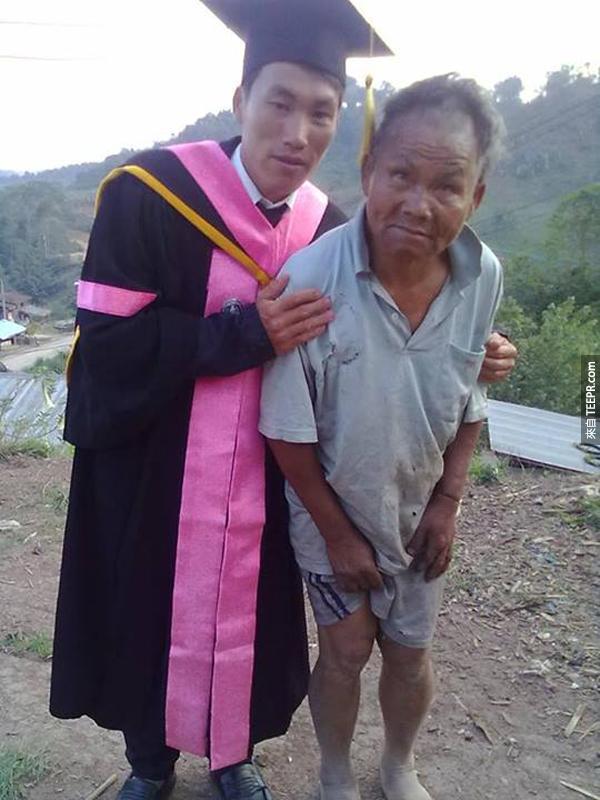這名父親在他老婆生他兒子的時候難產而死。他每一天都努力的工作扶養他的兒子上課。