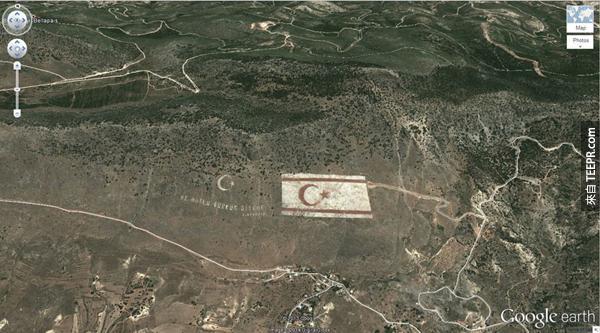 15.) 一個超大的土耳其國旗 (35.282902, 33.376891) 凱里尼亞,塞浦路斯
