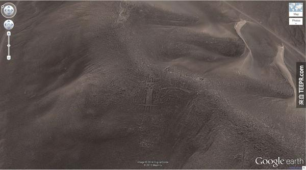 20.) 一個友善的巨人圖形 (19°56'56.96″S 69°38'1.83″W) Huara,塔拉帕卡,智利
