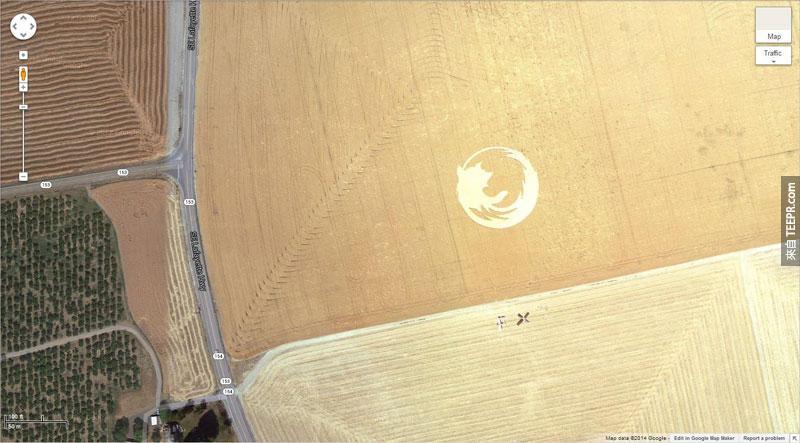 8.) 一個玉米田裡的巨型火狐的標誌 (45° 7'25.87″N 123° 6'48.97″W) 帝騰,俄勒岡州,美國