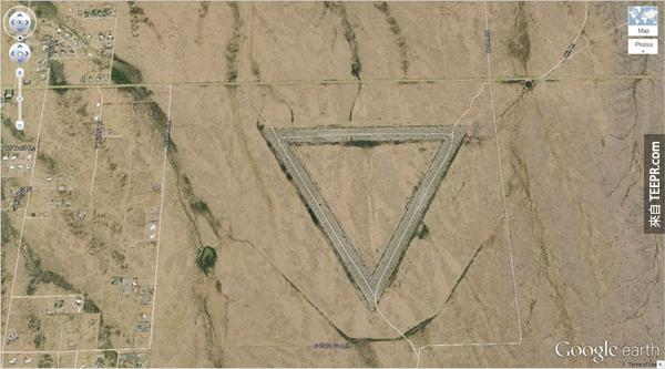 5.) 在亞利桑那州的一個奇怪的三角形 (33.747252, -112.633853) 威猛,亞利桑那州,美國