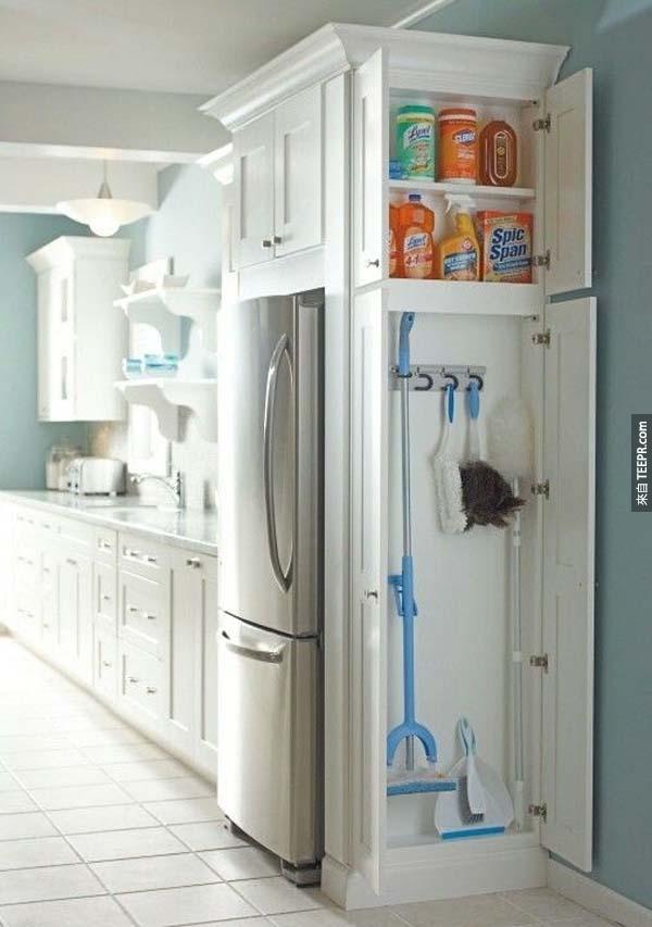 21.) 在廚房的旁邊做一個小的儲藏櫃,這樣可以把一些清潔用品收進去。