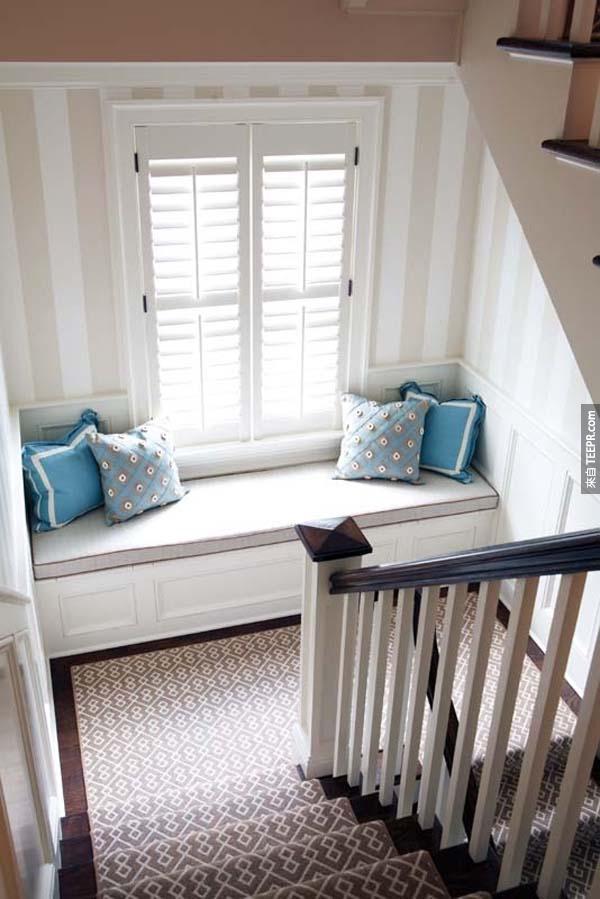 24.) 如果你家裡有樓梯的話,可以在中段的地方做一張小沙發。