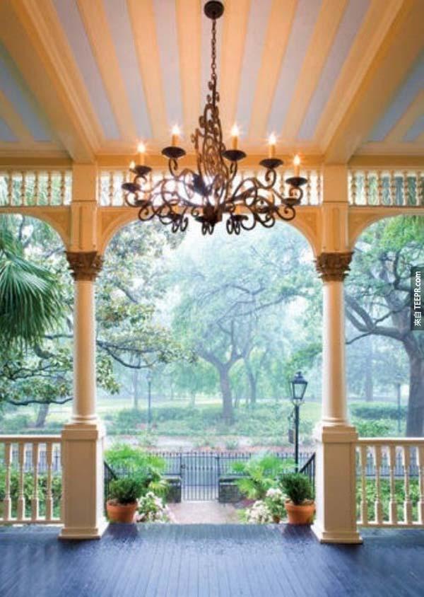 25.) 如果有陽台的話,可以在你的陽台屋頂上放一個吊燈。