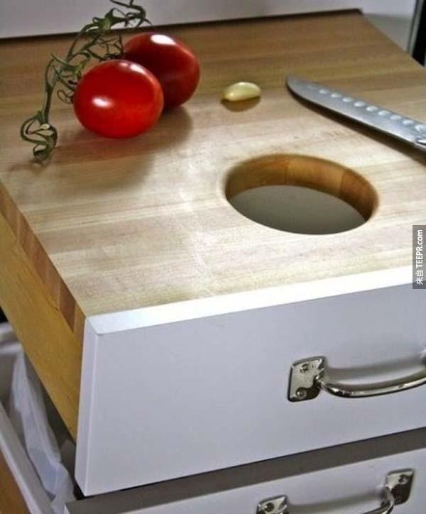 27.) 把抽屜拉出來變成一個切菜板,而且廚餘還可以直接推到洞裡面去!
