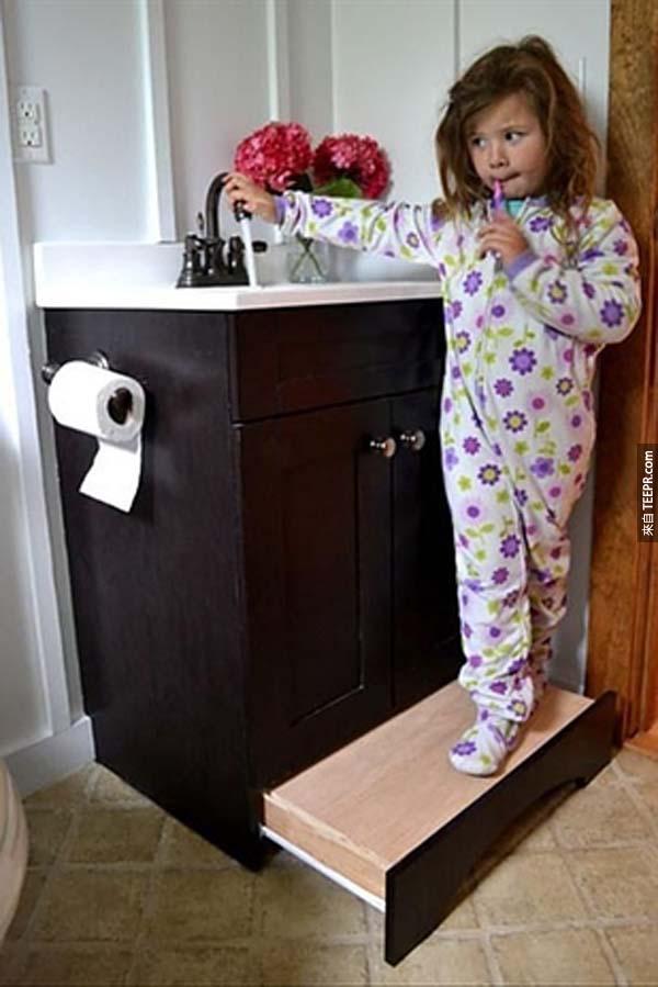 28.) 家裡有小朋友的話,可以在洗手臺最下方的櫃子做一個收納式階梯。