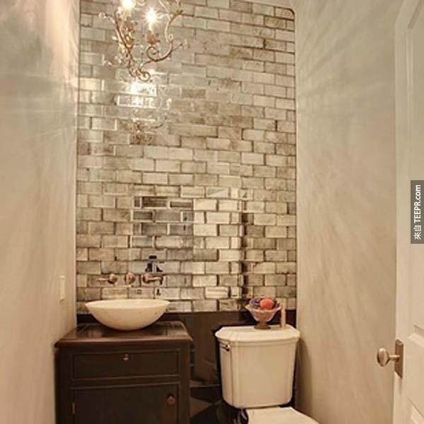 31.) 在沒有窗戶的廁所裡面佈置鏡面磚。