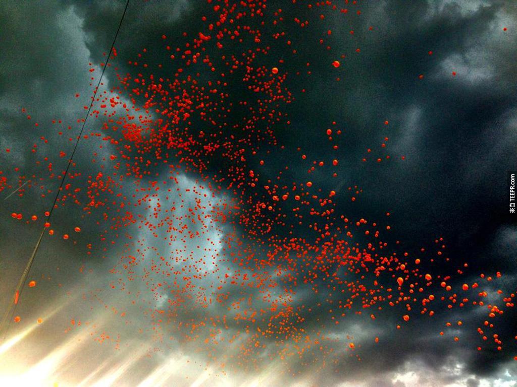 幾千個橙色氦氣球在慶祝NFL (全國足球聯賽) 開打前釋放 (科羅拉多州丹佛市)。