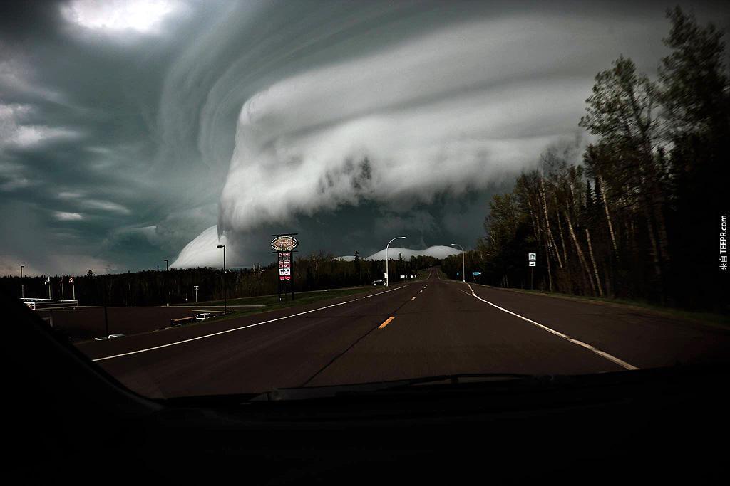 明尼蘇達州的一個超大型風暴,離加拿大邊境5英哩。