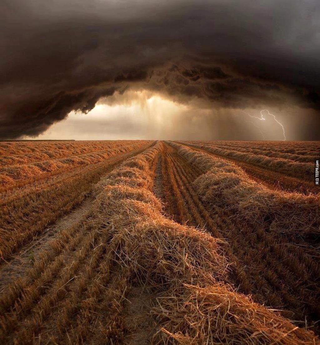 一個在農場上方的一場風暴 (Strohgaeu,德國)
