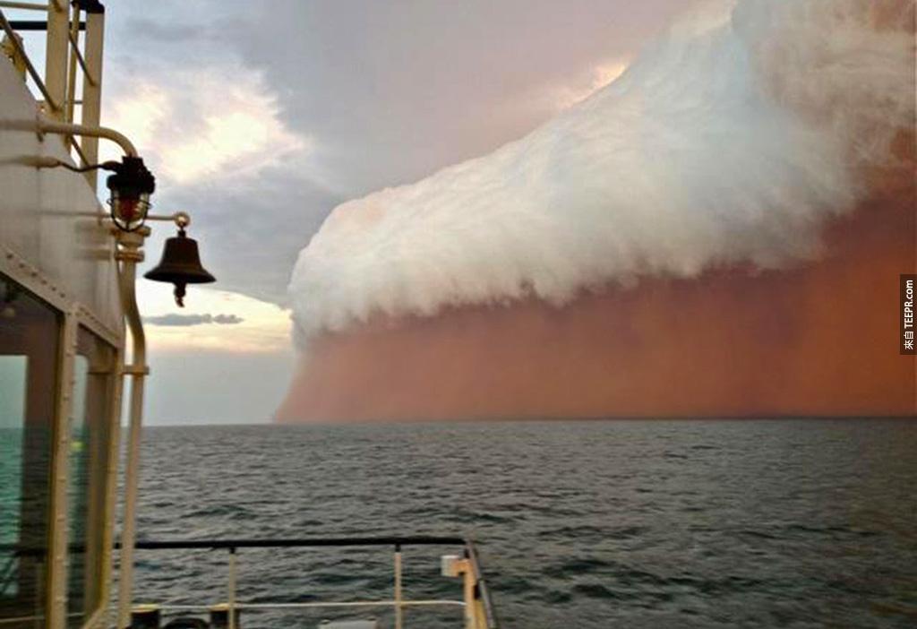 一個沙塵暴被一堆白雲罩住了 (昂斯洛,澳大利亞)。
