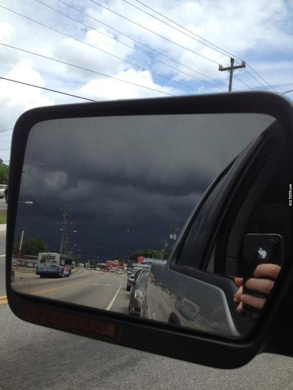 一個兇猛的風暴從後方逼近 (諾福克,弗吉尼亞州)。你可以看出前方跟後方的對比。