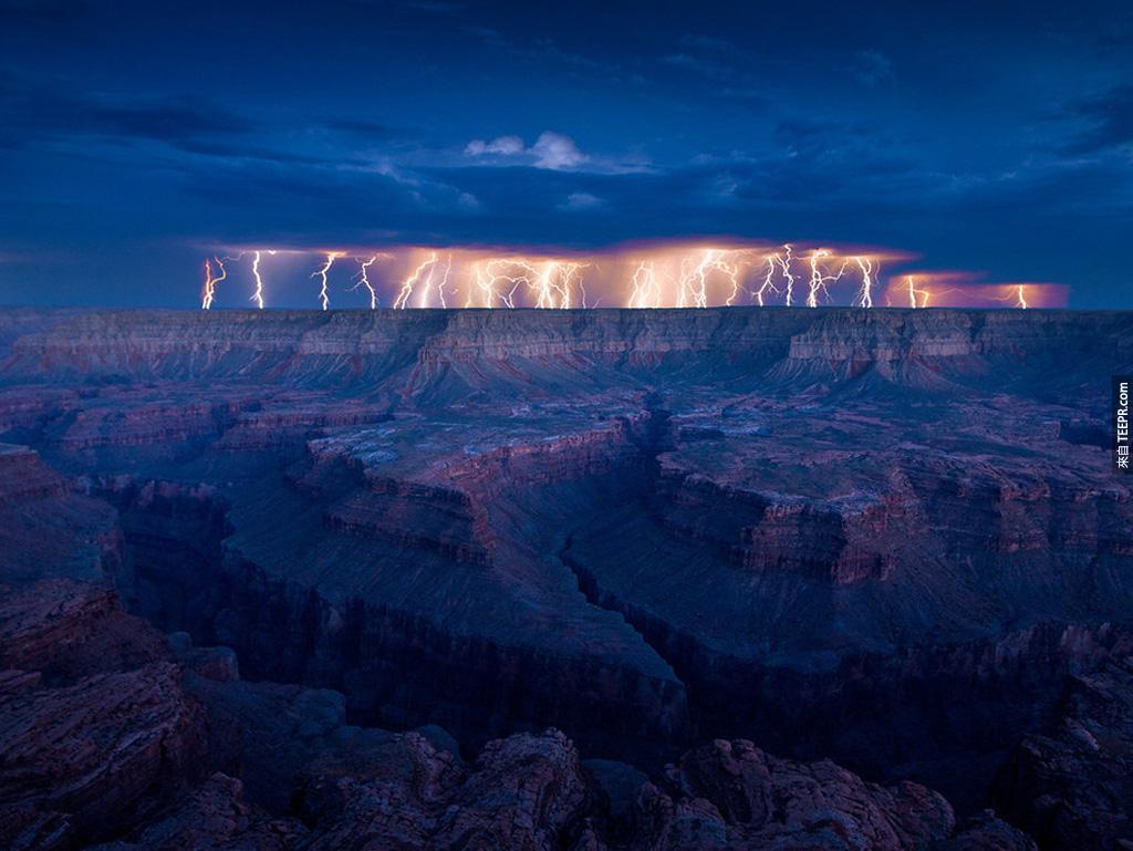 大峽谷上方的大雷雨。