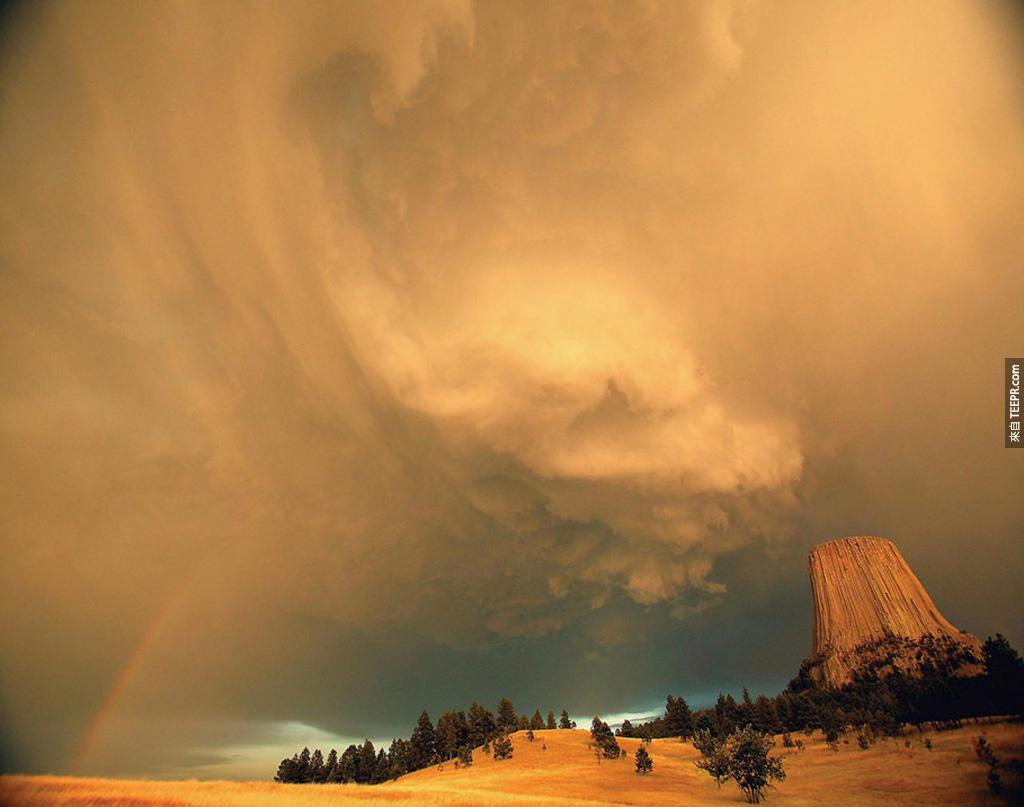 魔鬼塔國家紀念碑 (懷俄明州) 上方的風暴。