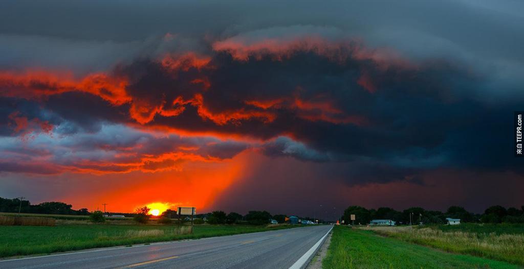 內布拉斯加淒美的日出風暴。