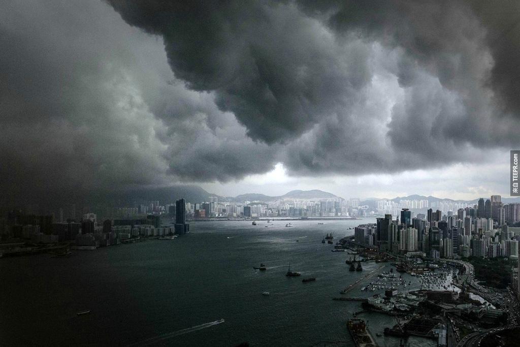 香港維多利亞海港風暴前的烏雲密布。