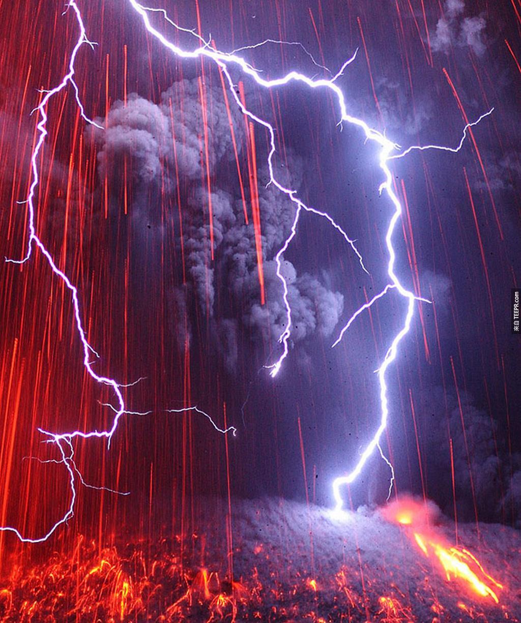 最恐怖的組合: 火山爆發 + 雷電風暴 (日本九州)。