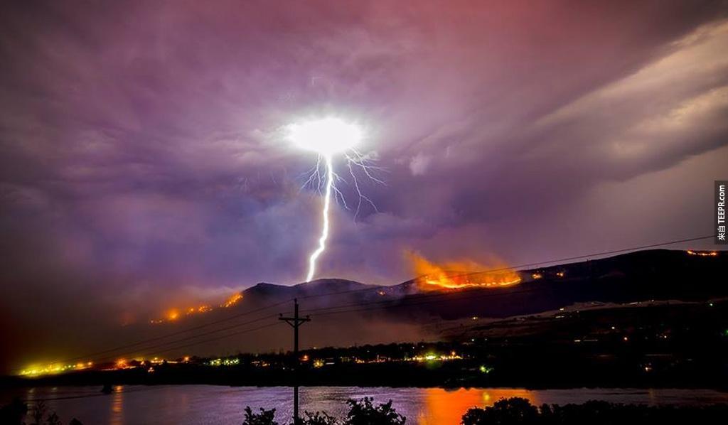 雷電風暴引發的大火 (韋納奇,華盛頓)。