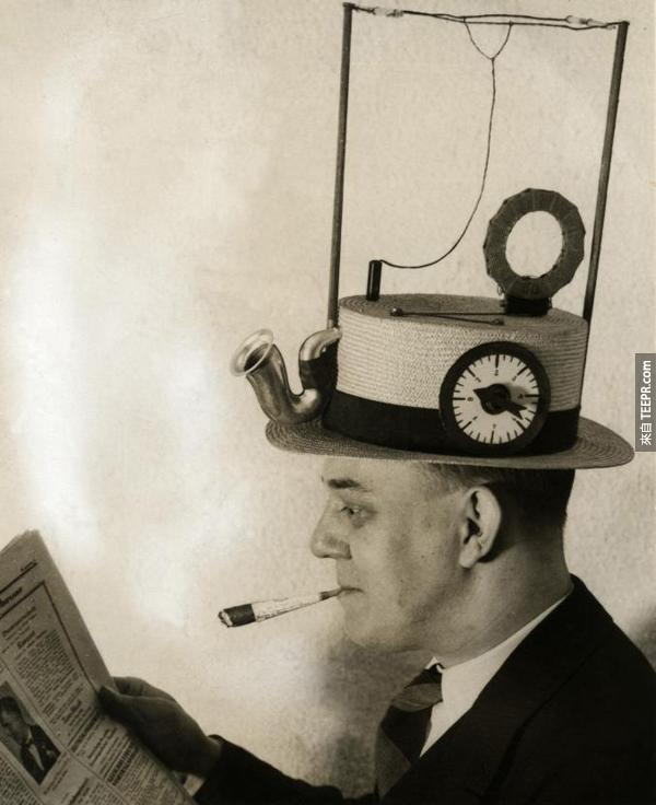 10.) 又是帽子,又是收音機。
