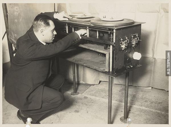 18.) DJ轉盤 + 投影機。