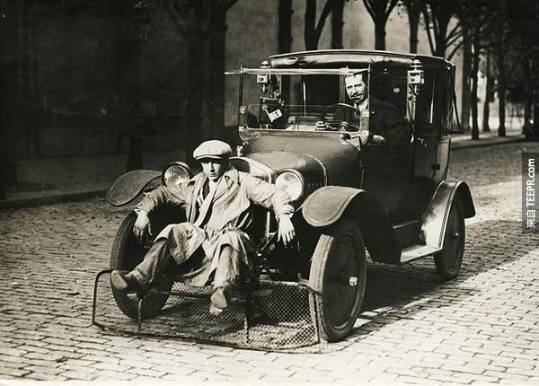 19.) 車上前方設有一個網子給路人坐的。這個我喜歡。