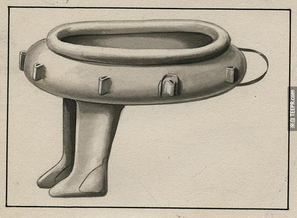 23.) 一個下面連有靴子的塑膠艇。專門給水上運動員用的。