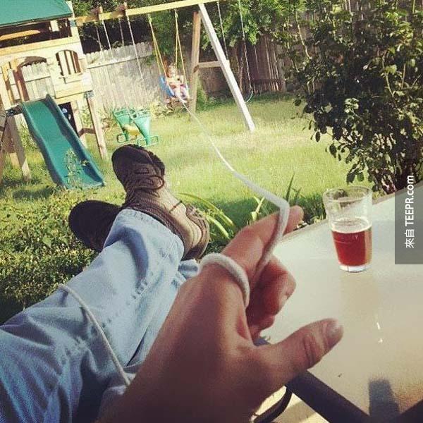 7.) 坐著也可以享受一杯啤酒!