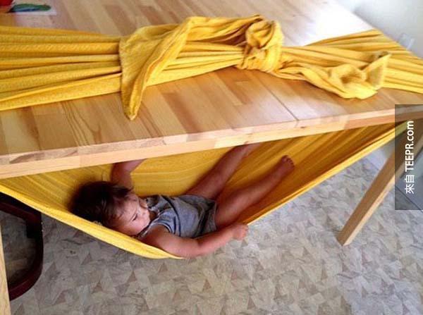 10.) 用床單做的免費吊床,而且又安全!