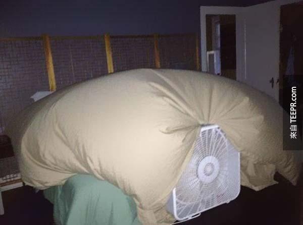 11.) 用一個電風扇幫你把一個被子套變成孩子的堡壘。