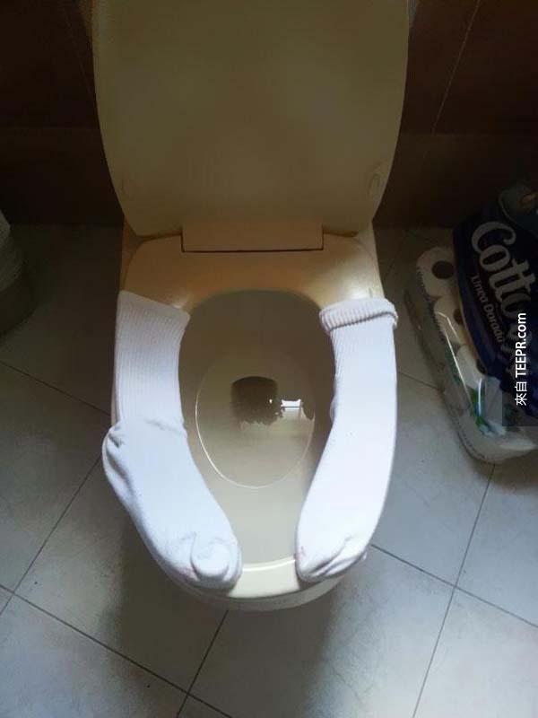 16.) 用舊襪子把廁所座位包住,讓他們屁屁不會被冷到。