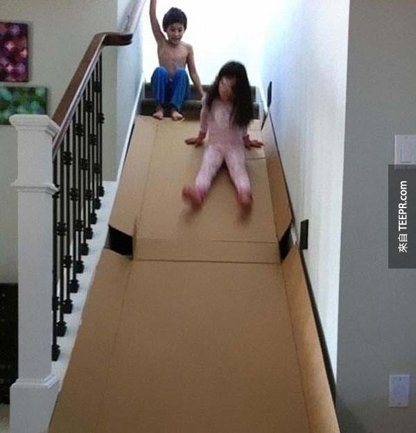 18.) 用一個很硬壓扁的紙盒子當做他們的溜滑梯。