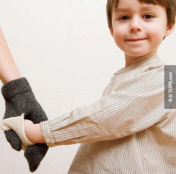 3.) 一個特別牽手手的手套,讓你跟孩子的手都保暖。