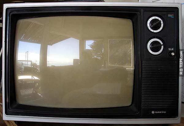 """21.) """"電視不會成為主流,因為大多數的人會對每晚坐在那看著一個箱子很快就感到厭倦。."""" – 達里爾·扎努克 (Darryl Zanuck),電影製作人 (20世紀福克斯),1946。"""