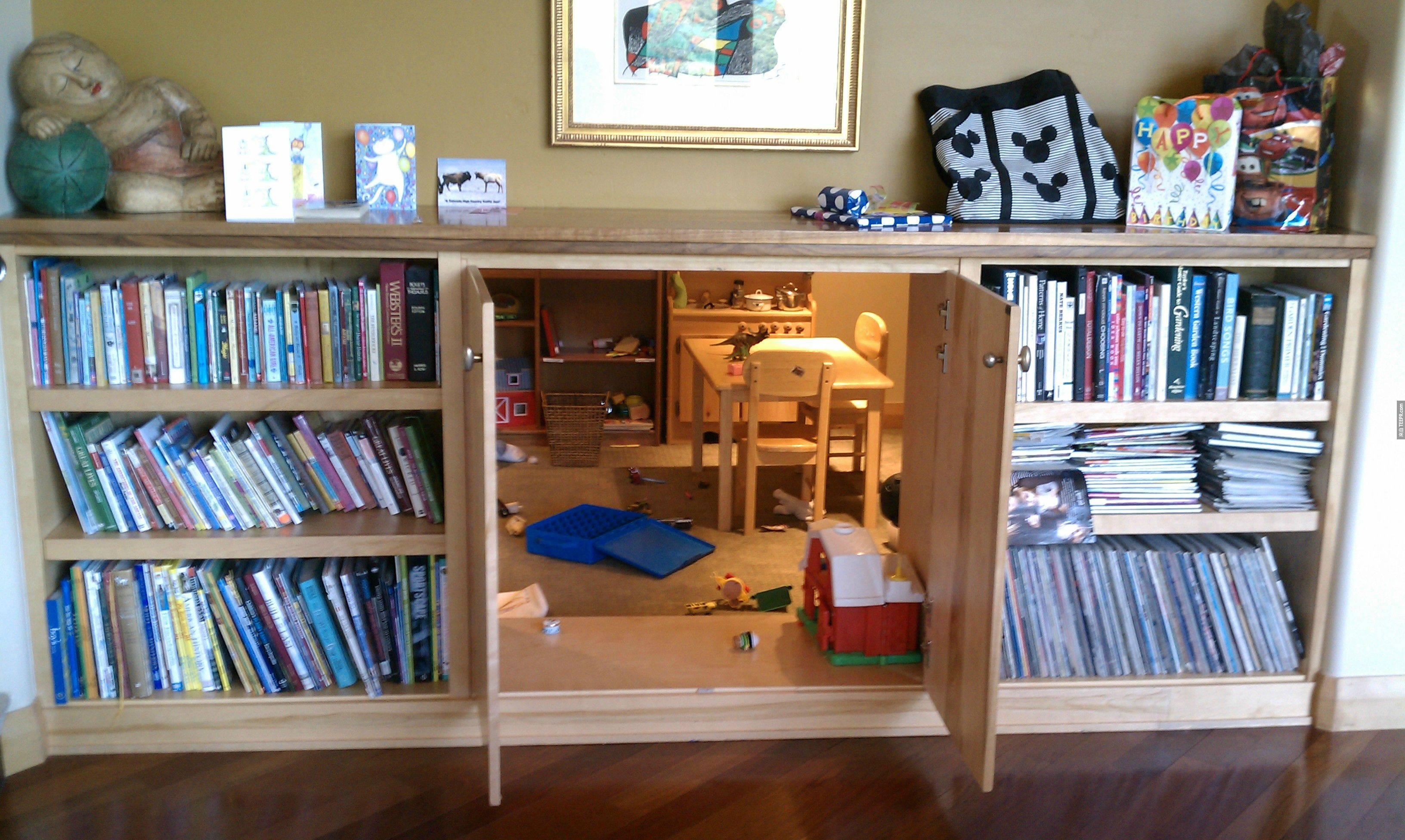 書櫃中間的隱藏式兒童玩耍空間。